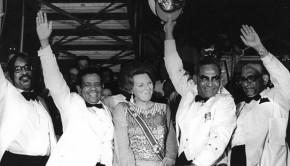 Vlaggenceremonie in het Suriname Stadion uitbundige feestvreugde onder de hoge gasten.